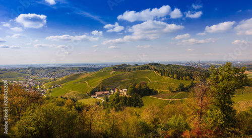 Fotografía  View from Staufenberg Castle to the Rhine Valley with grapevines near the villag