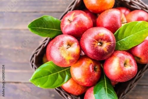 Fotografie, Obraz  Canasta con manzanas rojas y hojas verdes