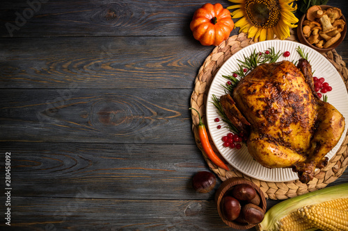 Photo Roasted whole chicken or turkey with autumn vegetables for thanksgiving dinner on wooden background