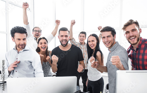 Fotografia  happy professional business team standing in modern office
