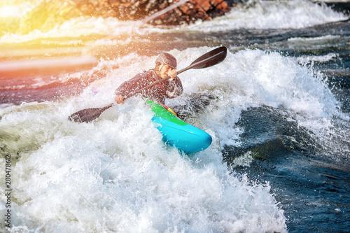 Fényképezés Guy in kayak sails mountain river