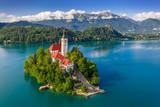 Bled, Słowenia - Widok z lotu ptaka na piękne jezioro Bled (Blejsko Jezero) z kościołem pielgrzymkowym Wniebowzięcia Marii na małej wyspie oraz zamkiem Bled i Alpami Julijskimi w tle w okresie letnim