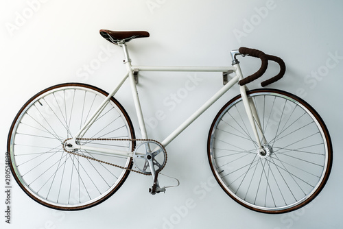 Fond de hotte en verre imprimé Velo retro bicycle hanging on the white wall