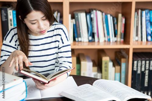図書室で勉強する日本人女性 Fototapete