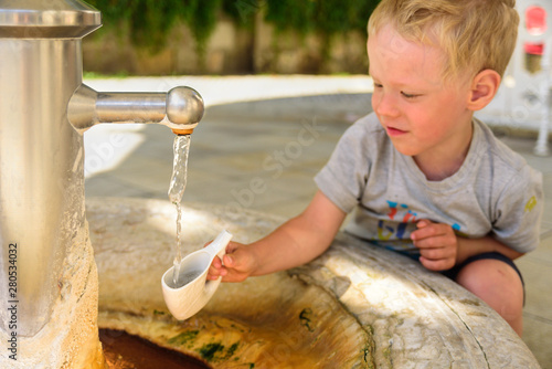 Little boy catching a water, Karlovy Vary Fototapet