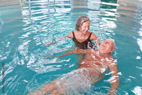 Cadres-photo bureau Pain Senior couple is having fun with aqua fitness