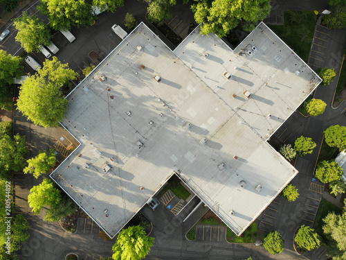 Carta da parati Photo of the roof of a large house and the landscape top view, texture for desig