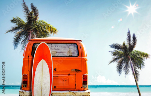 La pose en embrasure Vintage voitures Orange summer car on beach and free space for your decoration.