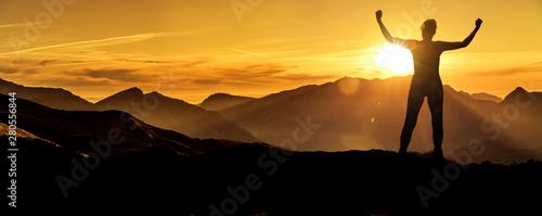 Frau in Siegerpose bei Sonnenaufgang auf einem Berggipfel Fototapet