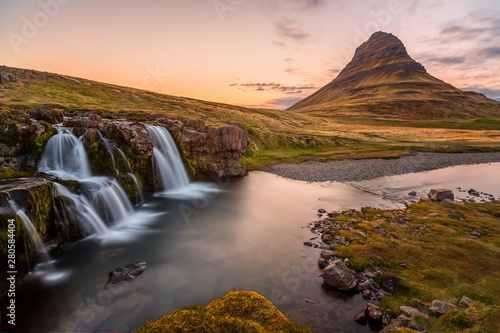Photo Kirjufellsfoss waterfall in front of Kirkjufell (arrow-shaped mountain)