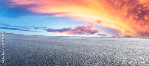 Foto auf Gartenposter Rosa dunkel Asphalt highway and beautiful clouds landscape at sunset
