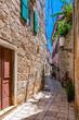 Schmale Gasse in der Altstadt von Stari Grad auf der Lavendelinsel Hvar in Kroatien