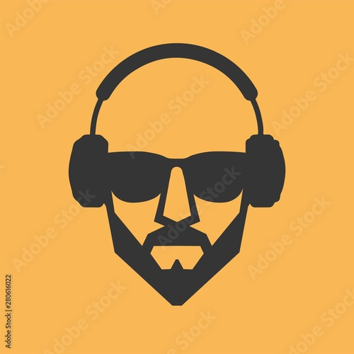 Foto  Man with a beard wearing glasses and headphones