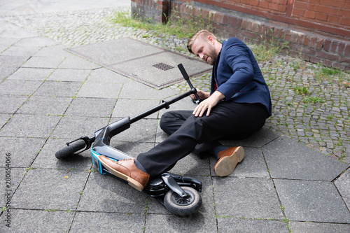 Cadres-photo bureau Pain Young Man Accident With An Electric Scooter