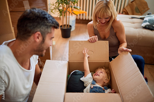 Photo Funny moving to a new house - family moves boxes into a new house