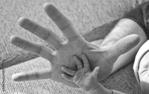 Mano de padre y mano de hijo en blanco y negro Wallpaper Mural