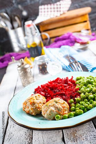 Autocollant pour porte Pique-nique cutlets with peas