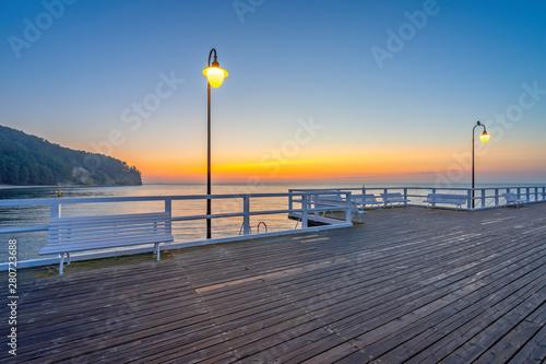 Obraz Wschód słońca nad Morzem Bałtyckim, Molo i klif w Gdyni Orłowo, Polska - fototapety do salonu