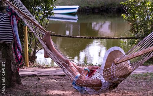 Obraz relaks nad wodą na hamaku - fototapety do salonu