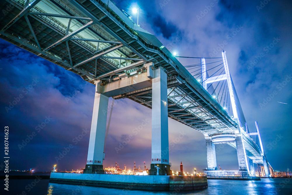 Fototapeta 夜の横浜ベイブリッジ(大黒ふ頭から撮影)