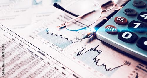 Fototapeta Estadísticas y gráficos de la economía y las finanzas bancarias. Mercado de valores e inversiones para el ahorro. Fondo de negocios y gestión dinero obraz