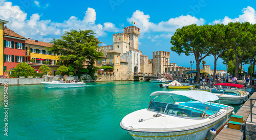 The picturesque town of Sirmione on Lake Garda Fototapet