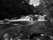 Sommerlicher Dochart Waterfall Mystisches Wasser Schwarz Weiss