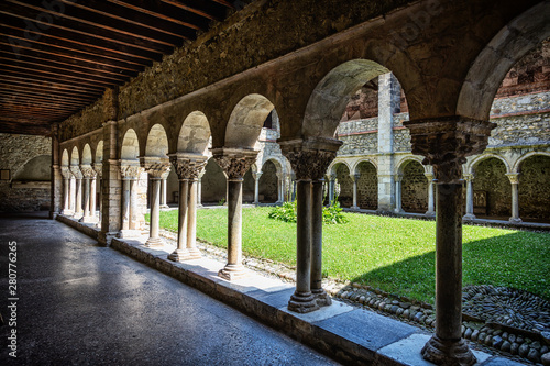 Staande foto Oude gebouw Cloister of the Saint Lizier Cathedral, Ariège department, Pyrenees, Occitanie, France
