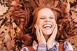 canvas print picture - rothaarige schöne Frau im Herbst mit schönen Zähnen lachend