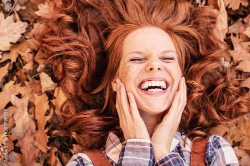 Fotografia rothaarige schöne Frau im Herbst mit schönen Zähnen lachend