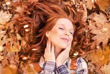 Schöne Rothaarige Frau Im Herbst Natur