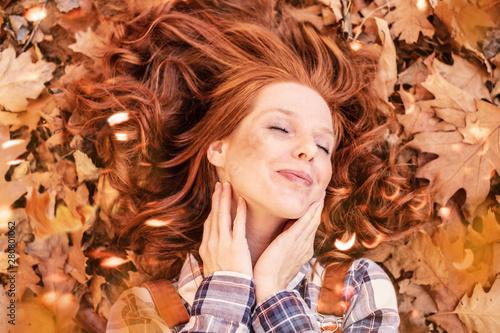 schöne rothaarige frau im herbst natur  - 280801062