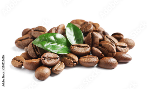 Salle de cafe Roasted coffee beans and fresh green leaves on white background