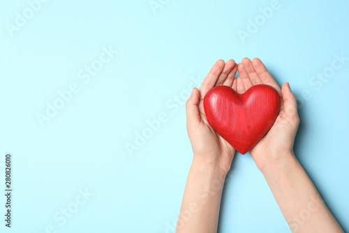 Carta da parati  Woman holding heart on blue background, top view with space for text