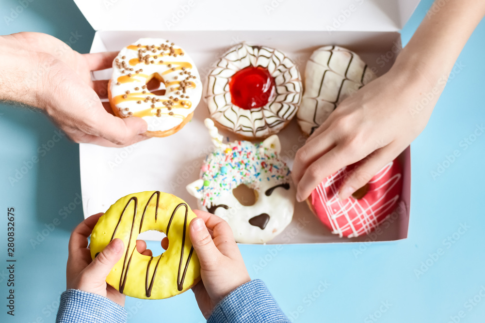 Fototapety, obrazy: People hands grabbing donuts