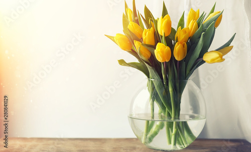 Photo  A bouquet of red tulips in a vase on the windowsill