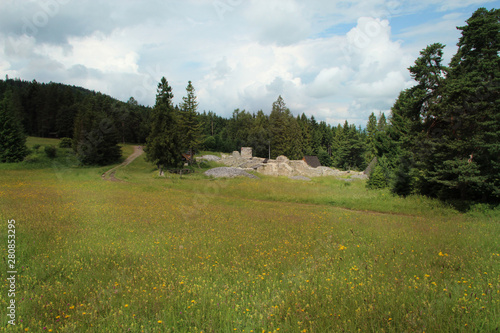 In de dag Donkerblauw A large green meadow in the middle of the Slovak Paradise National Park