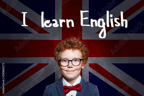 Cadres-photo bureau Pain Successful child boy student against the UK flag background. Learn English concept