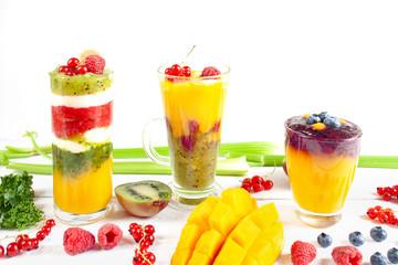 Kolorowe wielowarstwowe smoothie z mango, kiwi, selerem naciowym, porzeczkami i malinami