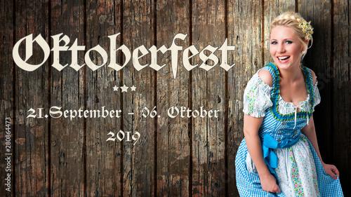 Obraz na plátně Oktoberfest 2019 Banner mit junger Frau im Dirndl vor Holzhintergrund