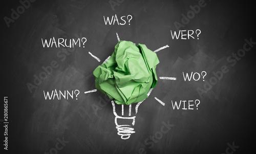 Foto auf AluDibond Indien Papierkugel als Glühlampe und Fragewörter