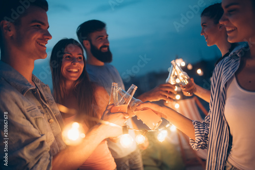 mata magnetyczna Happy friends with drinks toasting at rooftop party at night