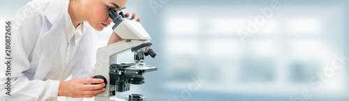 Fotografía  Scientist researcher using microscope in laboratory