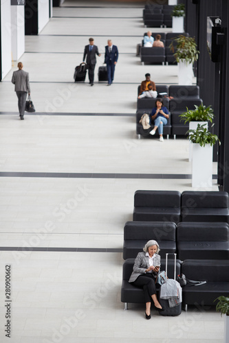 Fotografía  Above view of business people sitting and walking in modern airport waiting room