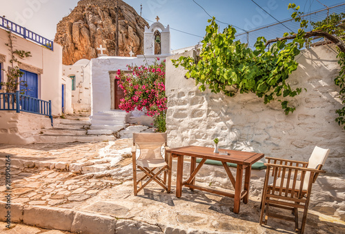 Photo Traditional Greek street in town centre at sunset time, Amorgos Island, Greece
