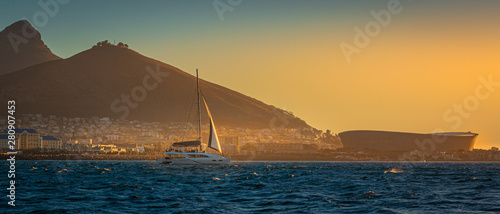 Foto Sailboat cruises Cape Town, South Africa with Table Top Mountain and Lions Head
