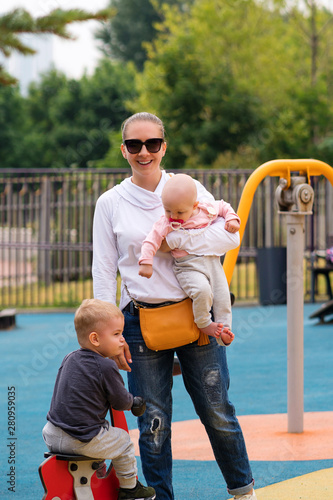 Photo Small childrenspend time with mom