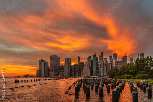 Foto auf AluDibond Brooklyn Bridge Colourful sunset at Brooklyn Bridge Park.