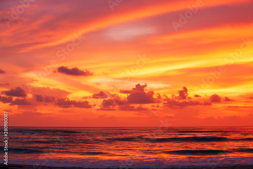 Poster de jardin Corail Dramatic sunset sky over the tropical sea.