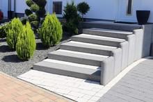 Gepflegter Vorgarten Mit Blockstufentreppe, Ziersteinen Und Bepflanzung